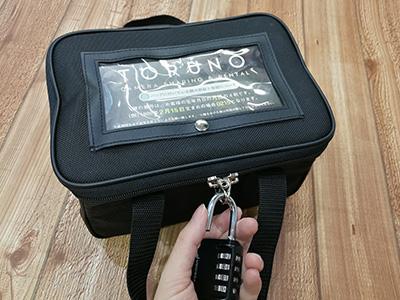 バッグの鍵を解錠する
